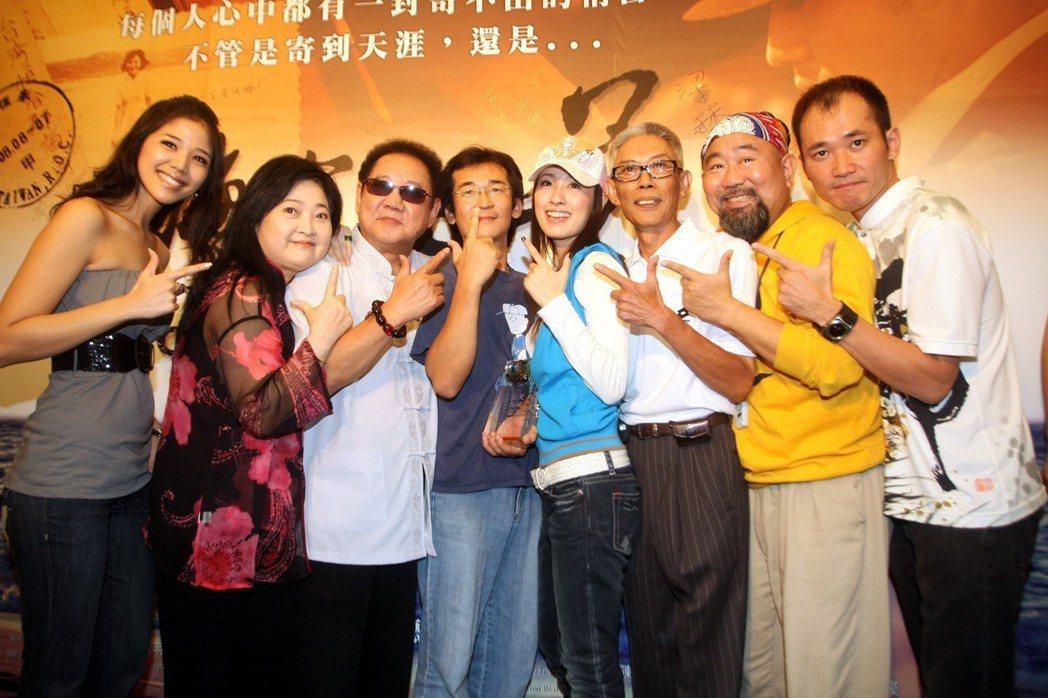 國片「海角七號」票房突破三億台幣在台北舉行慶功宴,該片導演魏德聖(左四)、女主角...