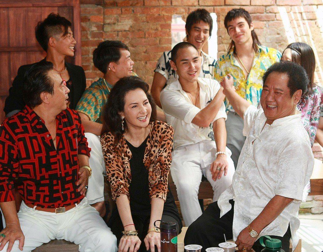 電影「艋舺」演員阮經天(左五)與馬如龍(右)兩人因在戲中演父子,感情特別好。本報...