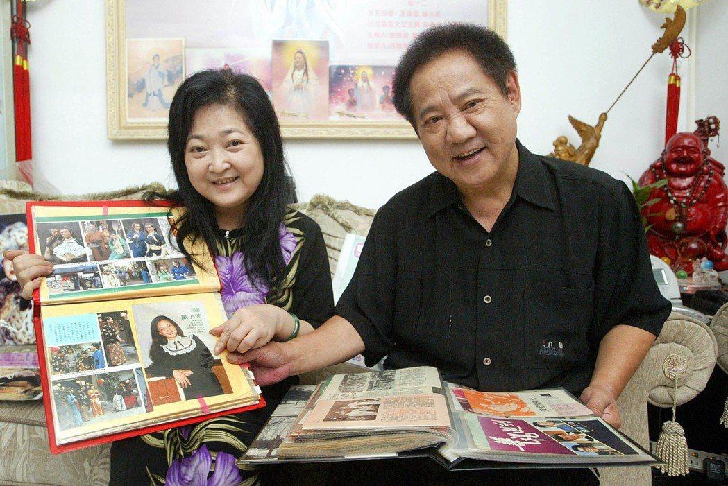 「海角七號」沛小嵐(右)試金鐘禮服,老公馬如龍(左)特來鑑定。本報資料照片