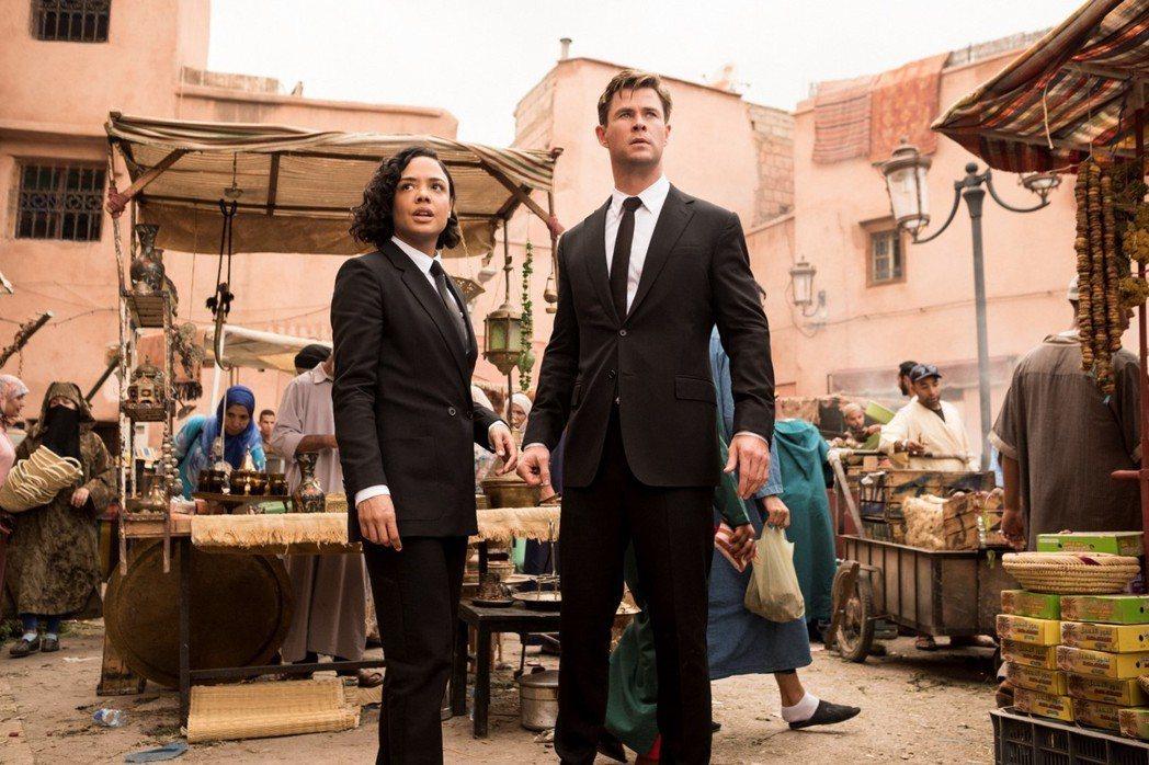 克里斯漢斯沃(右)與泰莎湯普森(左)合演的「MIB星際戰警:跨國行動」日前前往北...