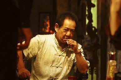 資深藝人馬如龍9日17:47因肺腺癌病逝新光醫院,享壽80歲。他過去在演藝圈主要以電視劇演出聞名,近7旬因演出的「海角七號」演藝事業更上一層樓,接下來又演出了另一部熱賣國片「艋舺」,老年之後才真正在...