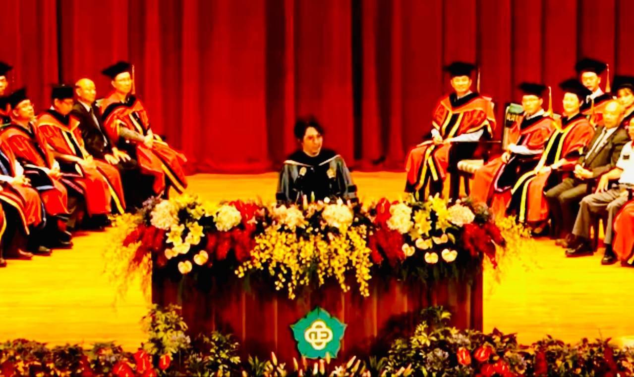 台大電機系教授葉丙成昨天受邀在國立中正大學畢業典禮上演講,他表示,面對未來,對新...