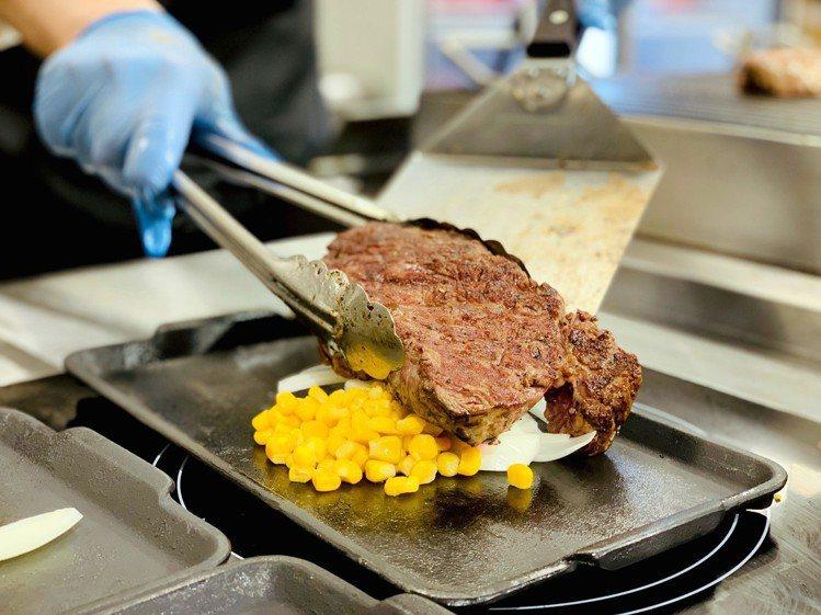 IKINARI STEAK厚切牛排現點現煎。記者張芳瑜/攝影