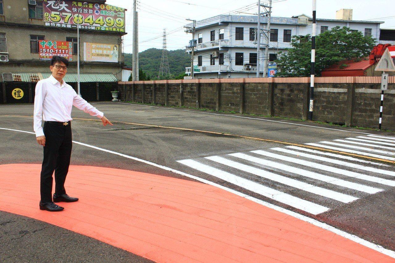 新竹區監理所副所長張耀輝提醒機車,要注意大貨車、聯結車轉彎的內輪差,提醒民眾要保...