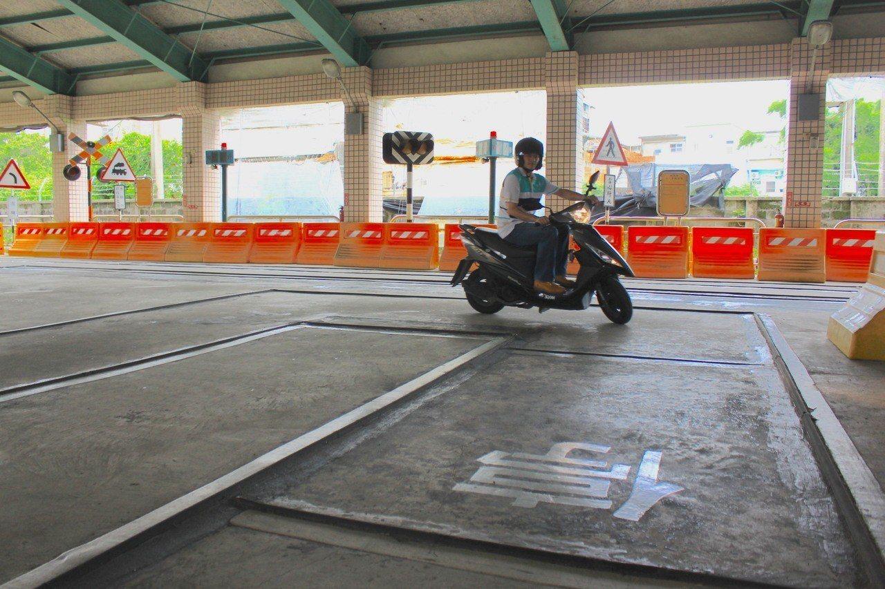 直角轉彎:車輪不能壓管線,行駛途中若單、雙腳著地就扣分。記者郭政芬/攝影
