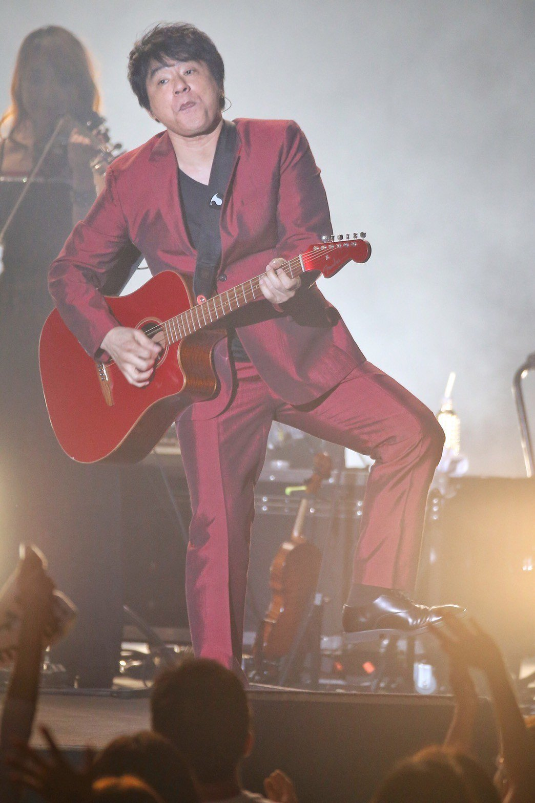 ASKA拿著紅色吉他忘情演唱。記者林伯東/攝影