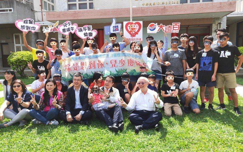 關懷弱勢兒少,台南市長黃偉哲(圖中)等人今下午到永康私立仁愛之家探訪。圖╱台南市政府提供