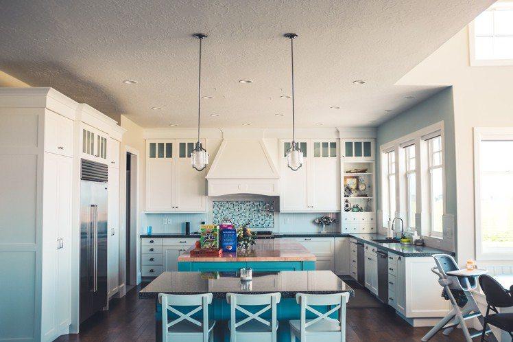 廚房裡的櫥櫃,不要買現成,找木工最划算。圖/摘自Pelexs