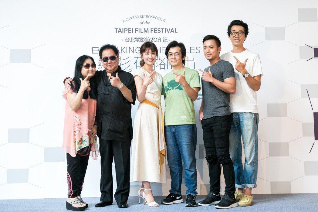 「海角七號」沛小嵐(左起)、馬如龍、田中千繪、魏德聖、范逸臣、馬念先為片子在台北