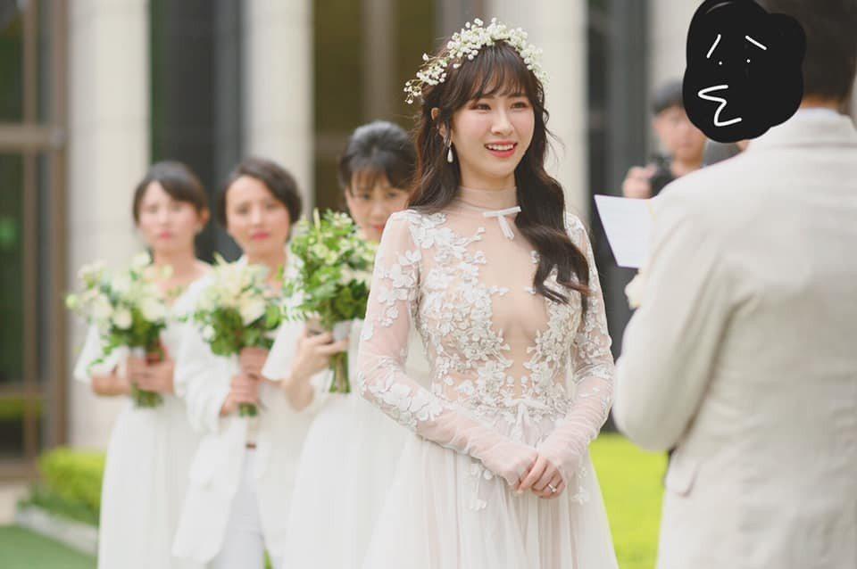 阿福(左四)在五星級酒店舉辦婚宴。圖/摘自臉書