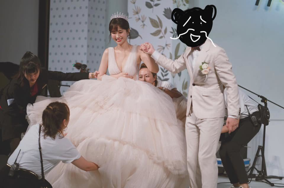 阿福(左)Po出爆乳婚紗照,刻意把老公HowHow打馬賽克。圖/摘自臉書
