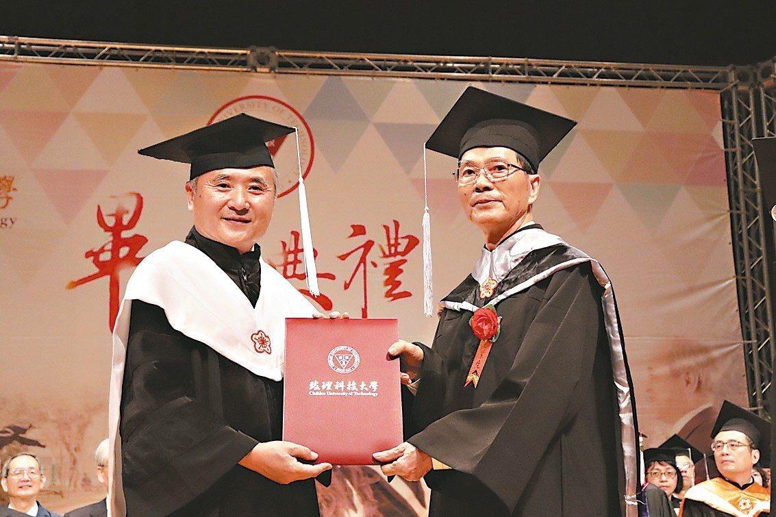 致理科大碩士生翁松元(右)已76歲,仍展現活到老學到老的精神。 記者胡瑞玲/攝影