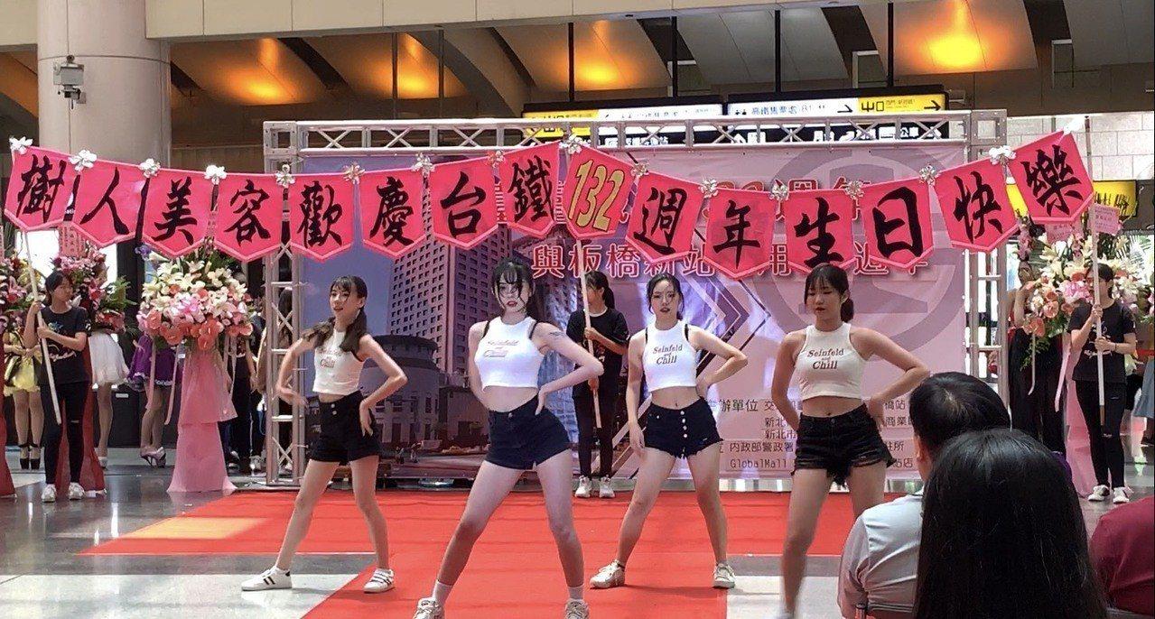 樹人家商一年級學生準備精彩的熱舞表演,深受現場群眾的歡迎。記者張曼蘋/攝影