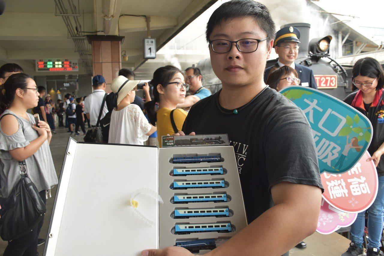 黃姓鐵道迷收藏CT273蒸汽火車模型,特別來看蒸汽火車。記者王思慧/攝影