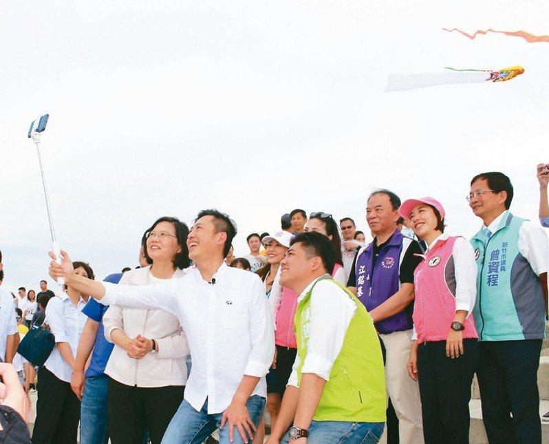 總統蔡英文(前排左一)昨到新竹南寮漁港與民眾有獎徵答互動,並前往魚鱗天梯與市府團隊開心自拍。 記者張雅婷/攝影