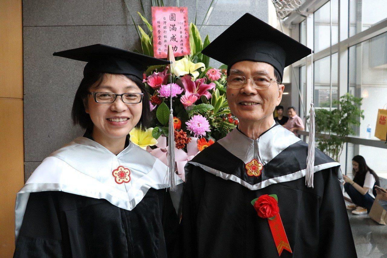 致理科大企業管理系主任楊美玉(左)表示,翁松元(右)認真向上,是服管所第一位完成...