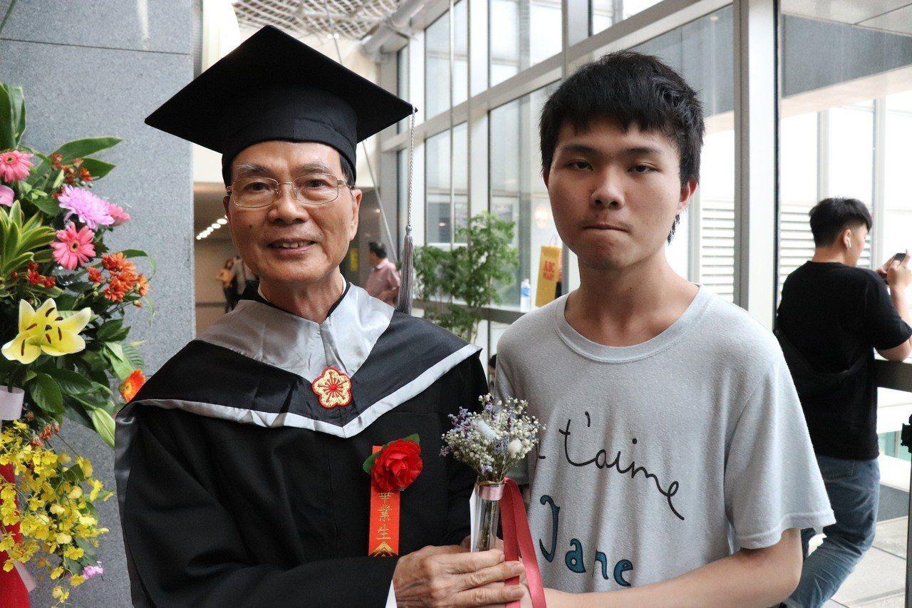 高齡畢業生翁松元(左)的孫子也到場送花祝賀。 記者胡瑞玲/攝影