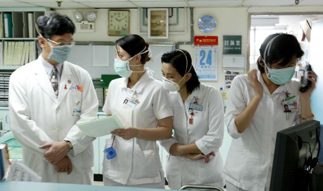 SARS期間,曾有醫院爆發醫護人員集體感染,當時人人一罩。疾管署為加強院內感染控...