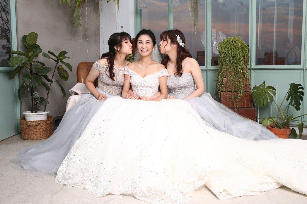 方文琳(中)與大女兒優優(右)、小女兒薇薇(左)為「聯合報」、「噓!星聞」拍攝微...