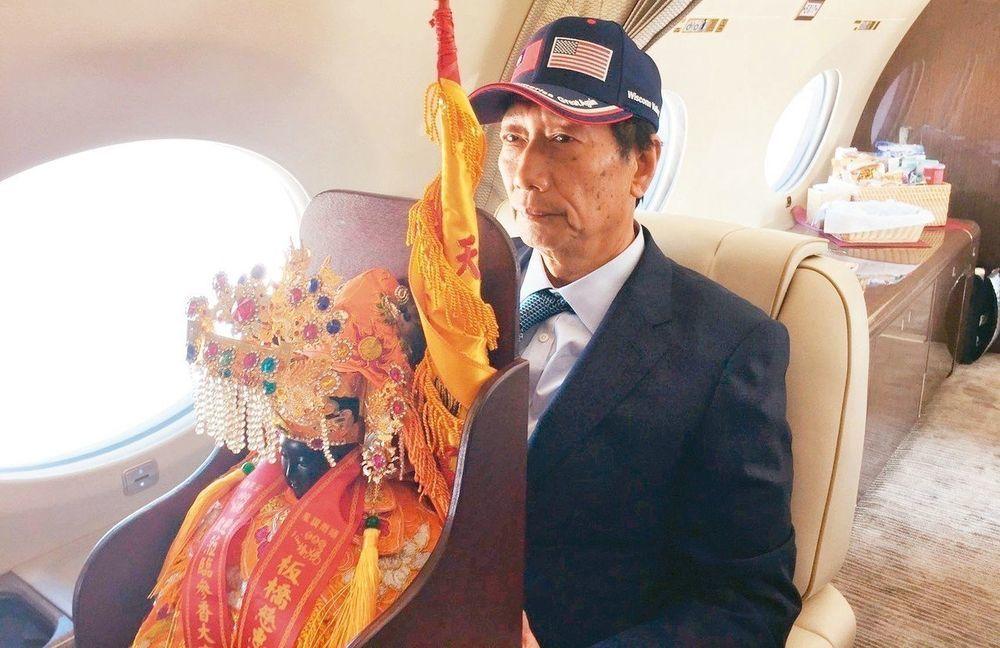 郭台銘五月搭專機訪美時,抱著媽祖神尊一個多小時。特派記者張加/攝影