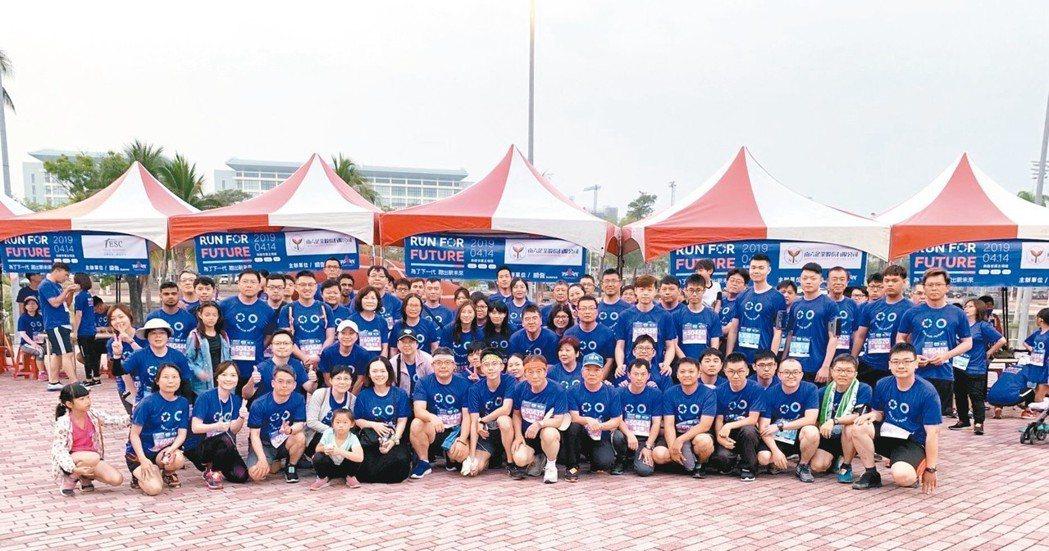 南六董事長黃清山率全公司130人參加公益路跑 南六/提供