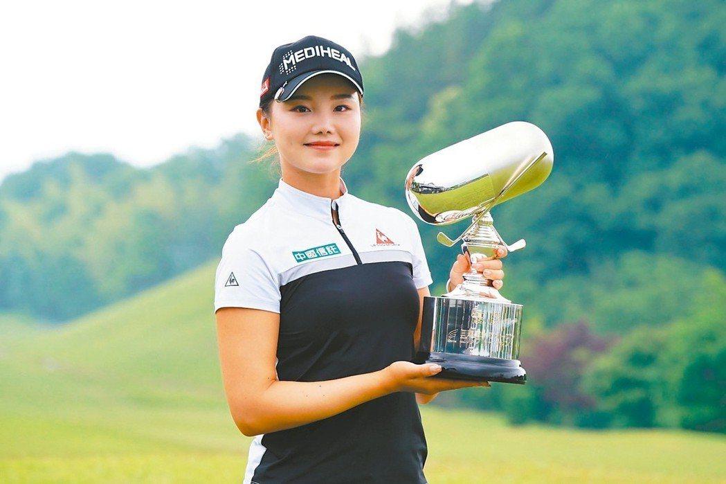 中國信託銀行贊助女將石昱婷於8日贏得日本次級巡迴賽的首冠,獎金榜衝上第三,目標設...