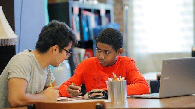 男校學生活潑、思想奔放,每回跟他們溝通事情,都得想方設法出奇招。 路透