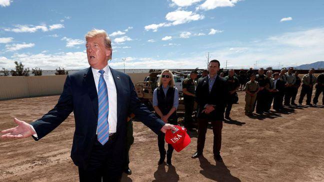 川普在加州視察邊境。圖/路透