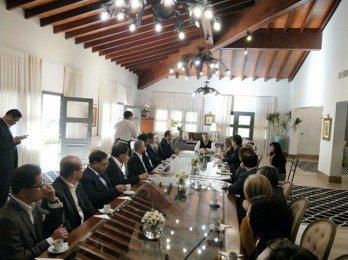 阿布鐸總統(中)說明巴拉圭的經濟願景及投資利基,包括近年來經濟成長率均維持在4%...