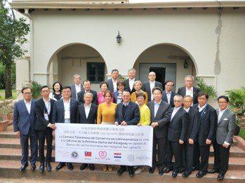 巴拉圭第一夫人席凡娜(前排左五)感謝來自台灣源源不絕的愛心,將妥善使用、成立全國...