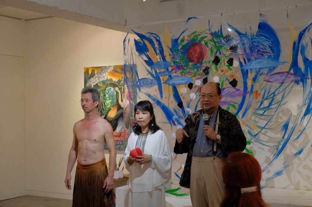 開幕當天,藝境畫廊董事長許文智(右一)特別邀請張瑞頻(中)藝大同窗好友-兼具畫家...
