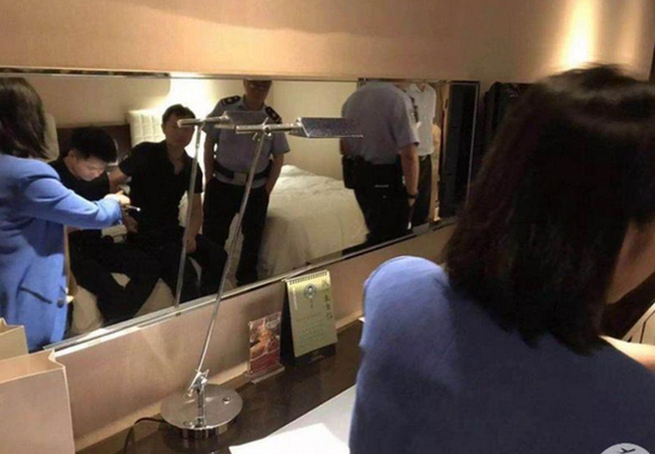 警方到場勘查後發現,酒店住客指認的疑似安裝位置係設施老化後牆皮和鏡面氧化。圖/取...