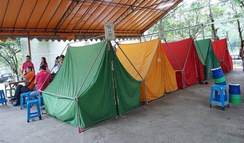 露營的帳篷在大雨棚下面,非常安全。