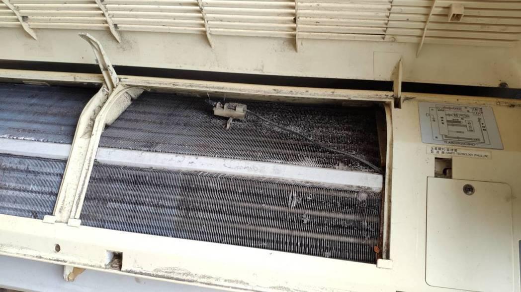 冷排累積污垢和灰塵,也需要定期清洗。 興家安速/提供