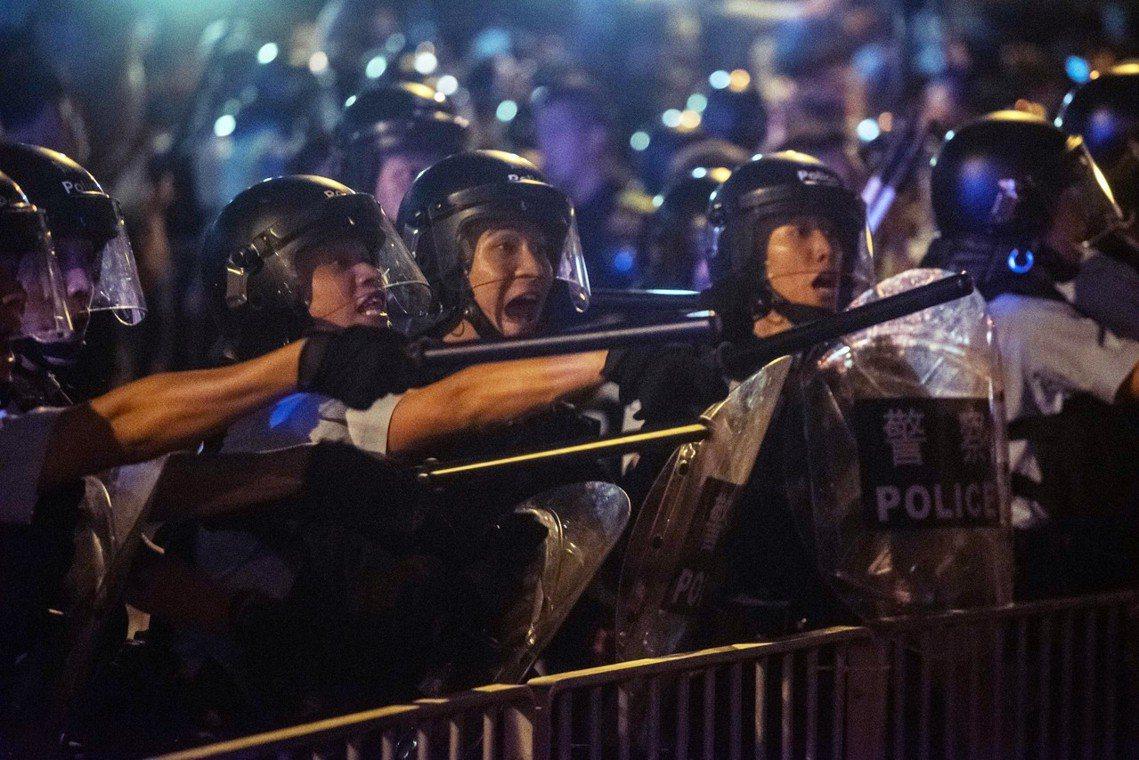現場的記者與示威者質疑,鎮暴的「速龍小隊」根本有備而來,不僅有與便衣裡應外合之嫌...
