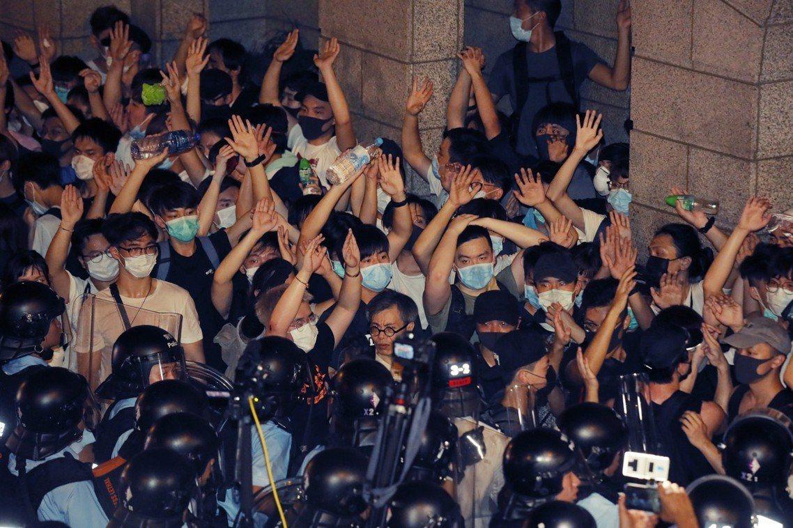 到了11點近子夜階段,小部份群眾在無預警與無緣由的情況下,試圖突破警網闖入立法會...
