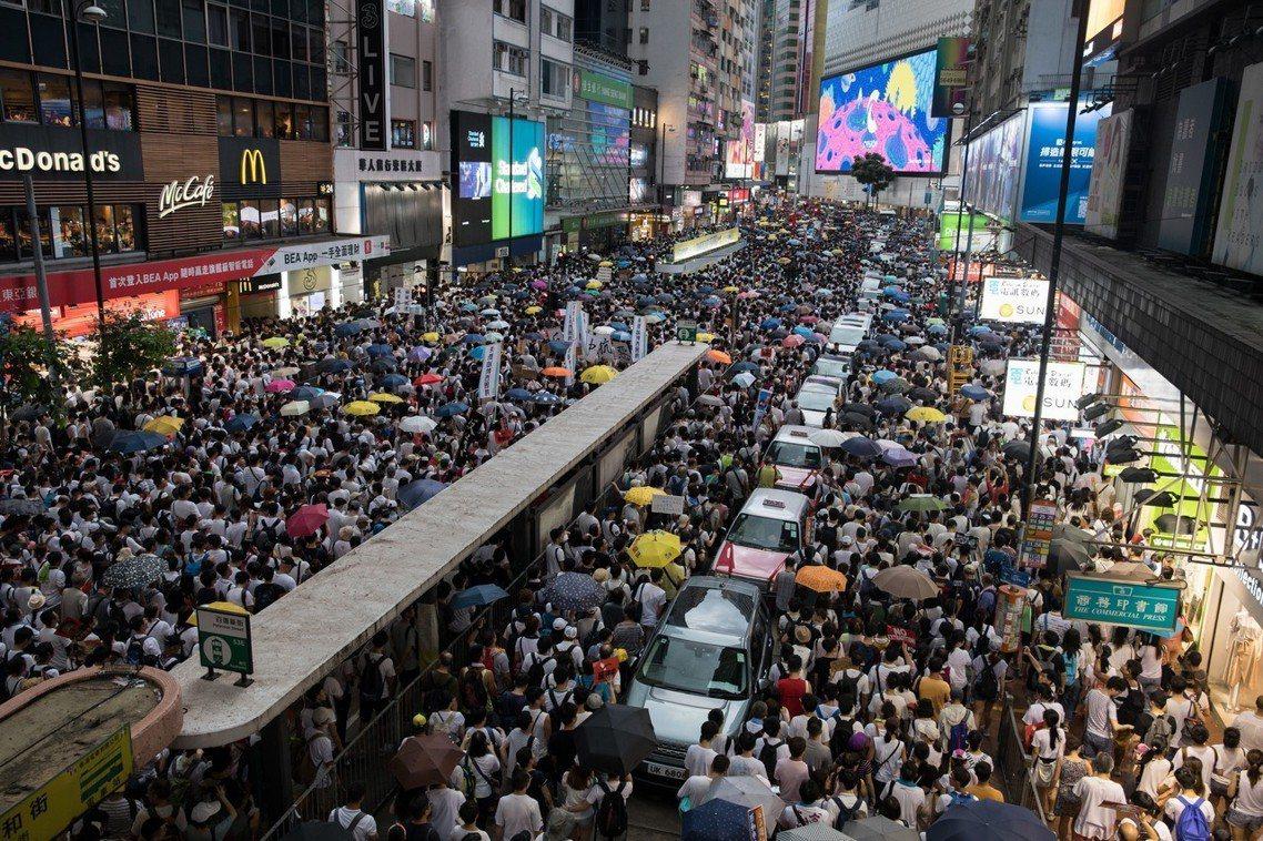 儘管港警方面不斷以限縮路權與行徑方向來阻礙人潮,但超乎想像的超大量響應群眾,卻仍...