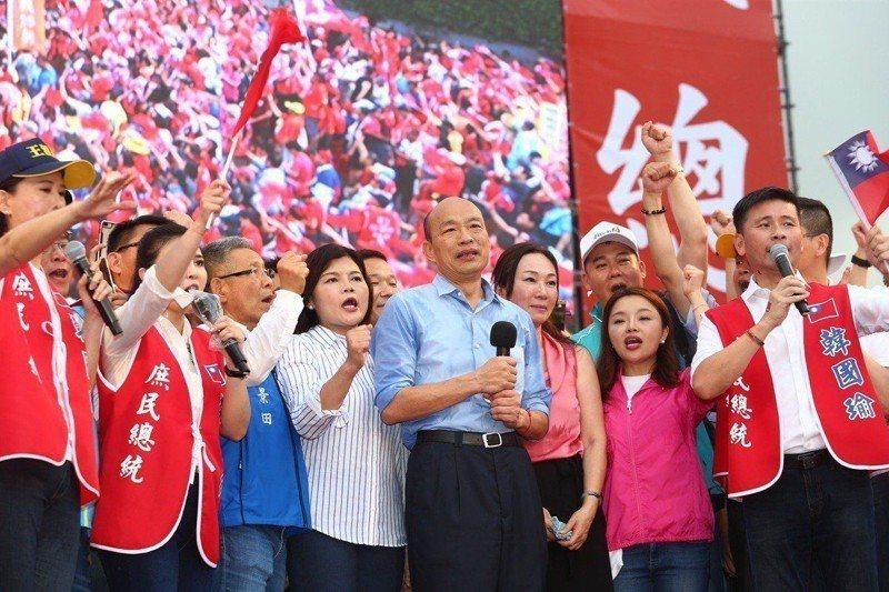 韓國瑜的造勢大會上,站其兩側的右起為戴錫欽、張嘉郡、李佳芬、蕭景田、張麗善。左者為王欣儀。 圖/聯合報系資料照