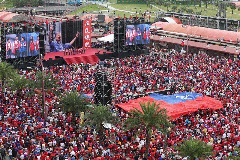 韓國瑜的造勢大會上,舞台都會寫上「庶民總統」四字,但究竟何謂「庶民」,是許多人想...