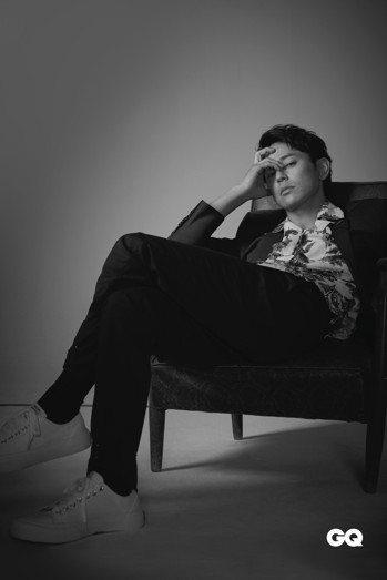 妻夫木聰著Dior Men深灰色單排釦成套西裝。 Acne Studios古巴領...