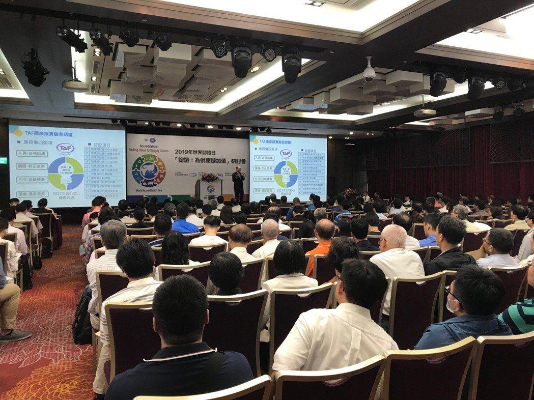 南亞塑膠林豐欽資深副總經理以自家PVC塑膠管為例,發表認證為產品與管理創新加值的...