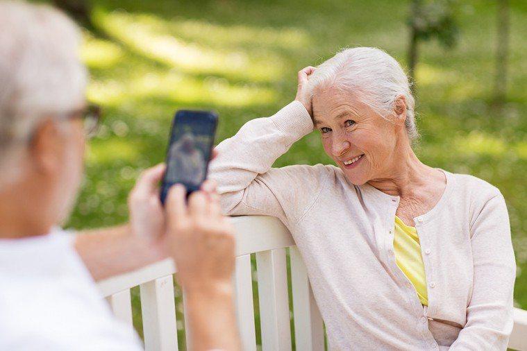 老女人絕非隱形人,反而是有魅力的人。 圖片/ingimage