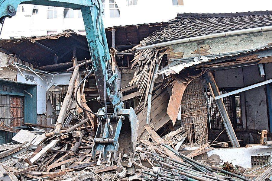 無情的怪手鏟下一塊塊在地的歷史。圖為被拆除的大里首長宿舍。 圖/作者提供