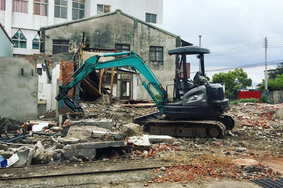 乘載歷史文化的場域不在了,以後人們還會記得這段歷史嗎?圖為被拆除的大里首長宿舍。...