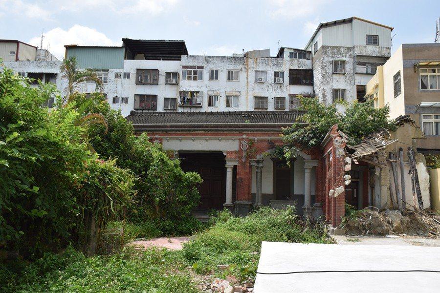 2018年5月神岡林宅部份左護龍遭拆除,並鋪上大片水泥。 圖/作者提供