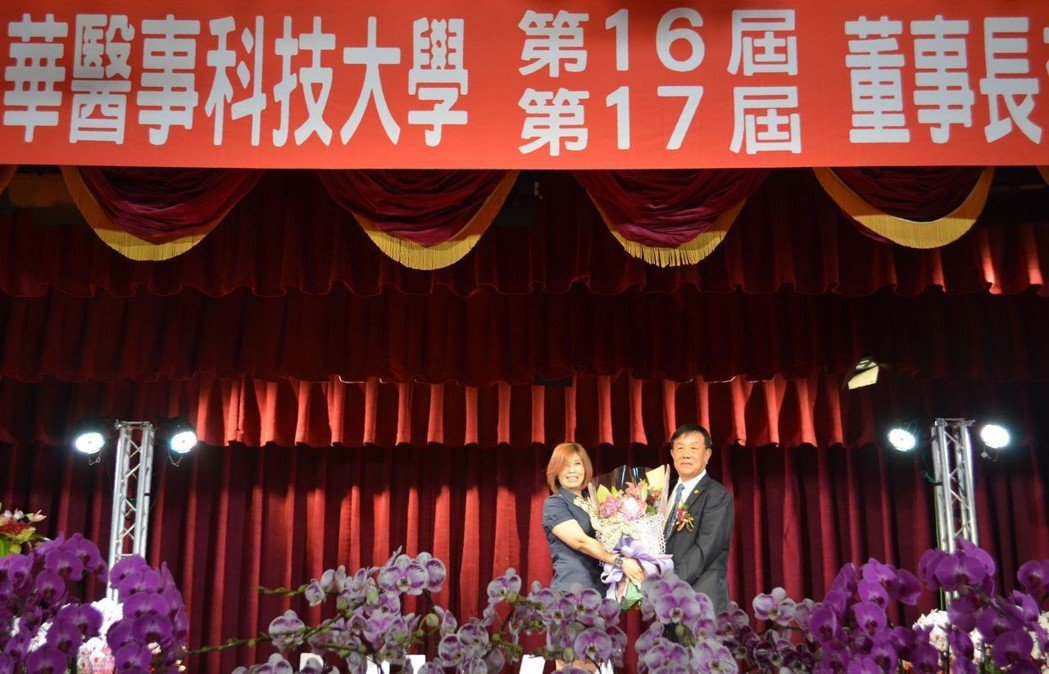 華醫科大老師代表獻花給徐國潤。  陳慧明 攝影