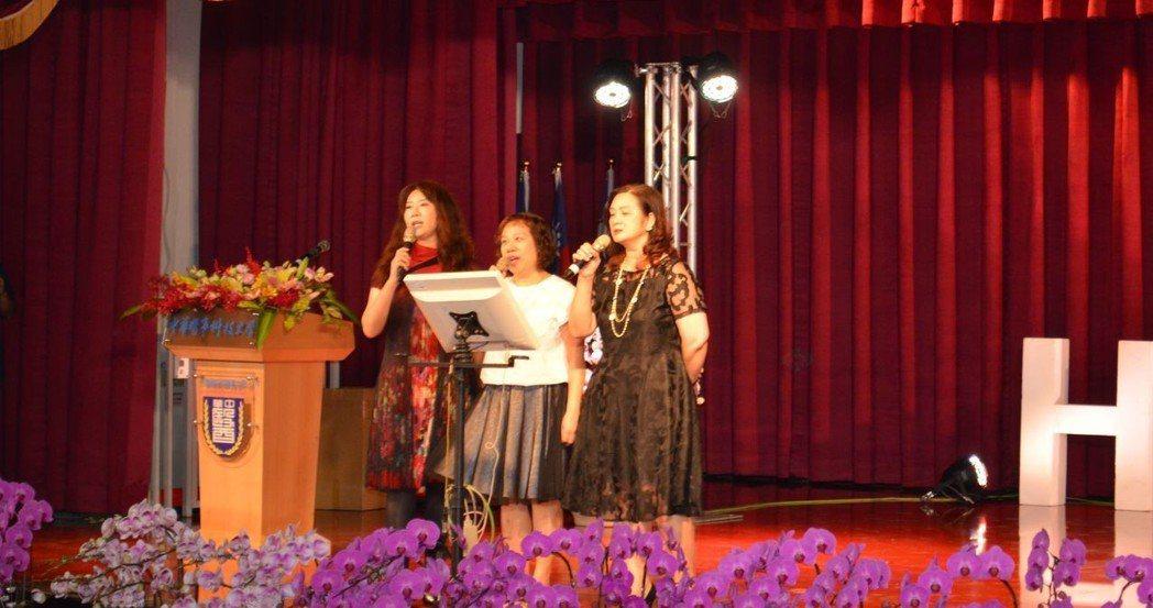 3位音樂老師組成美聲女團獻唱。  陳慧明 攝影