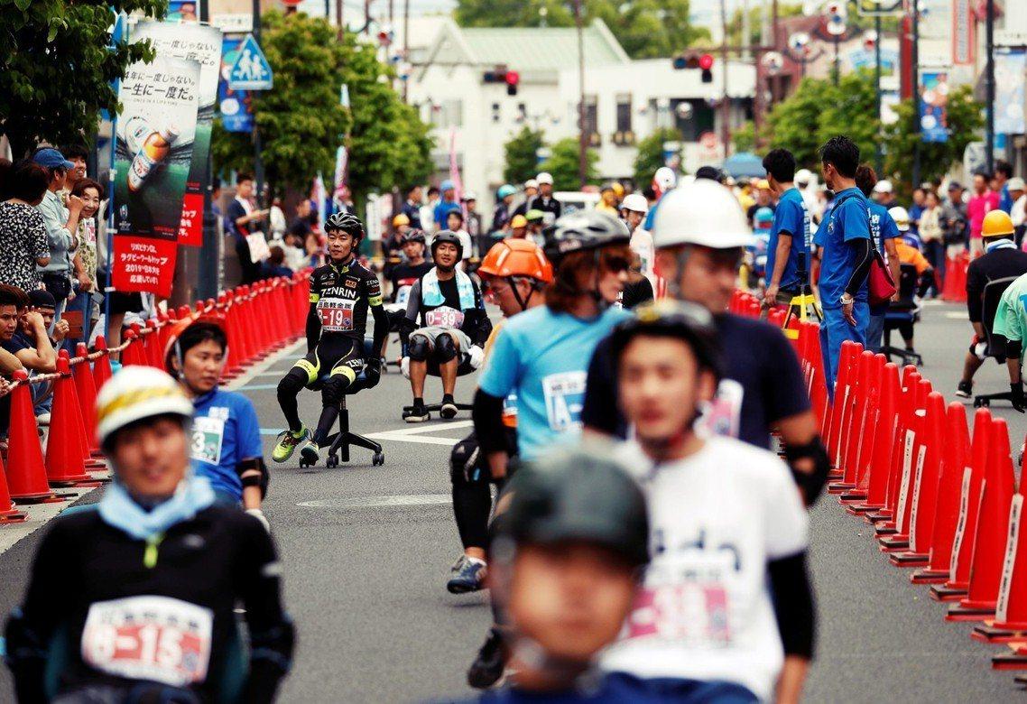 日本堪稱舉世無雙的「辦公椅競速大賽」在各地巡迴展開,選手們「駕駛」民間隨處可見的...