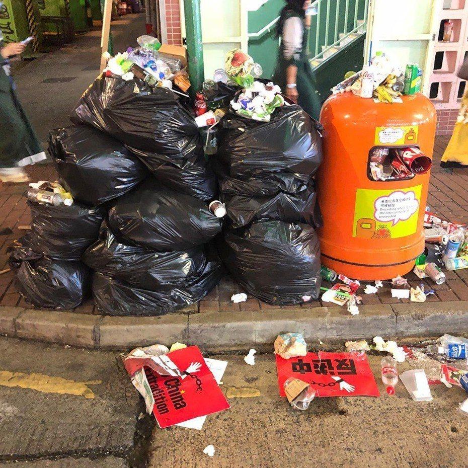 環保團體「香港垃圾跑」昨日在沿途拍到大量垃圾被棄在地上。 圖擷自「HK Ploggers 香港垃圾跑」臉書