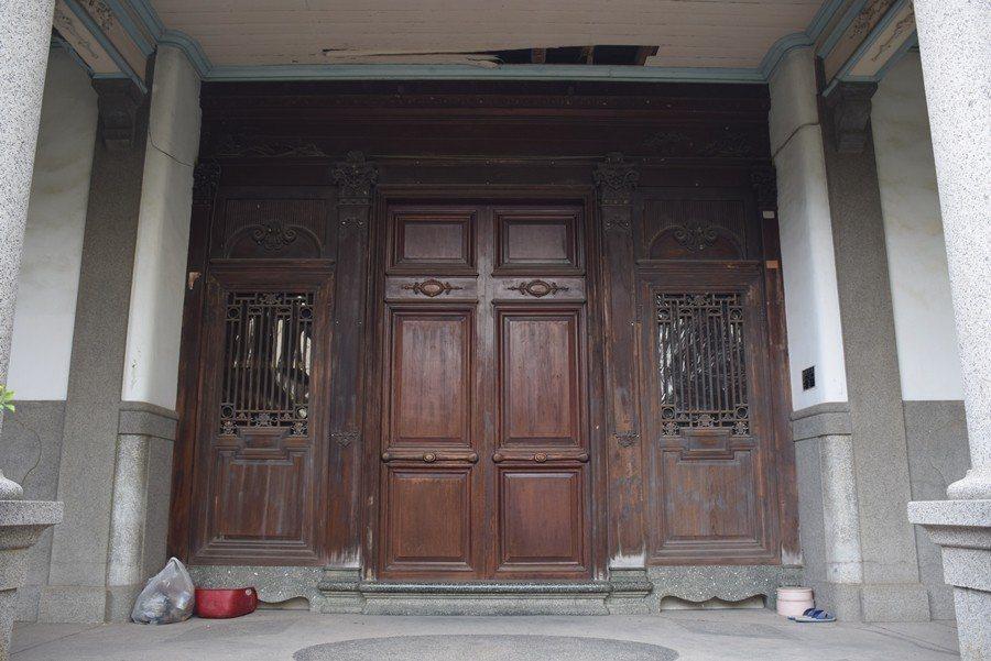 正身精緻的全木作門扇。 圖/作者提供